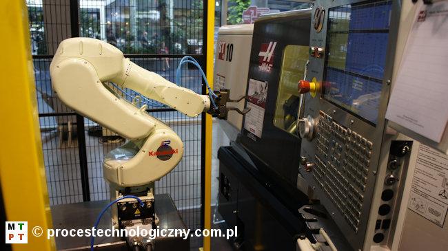 Robot przemysłowy i tokarka CNC firmy HAAS.