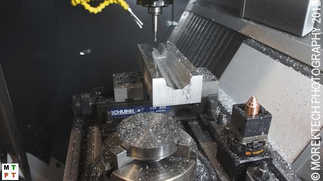 Przykład montażu imadła na stole z rowkami teowymi za pomocą łap dociskowych.