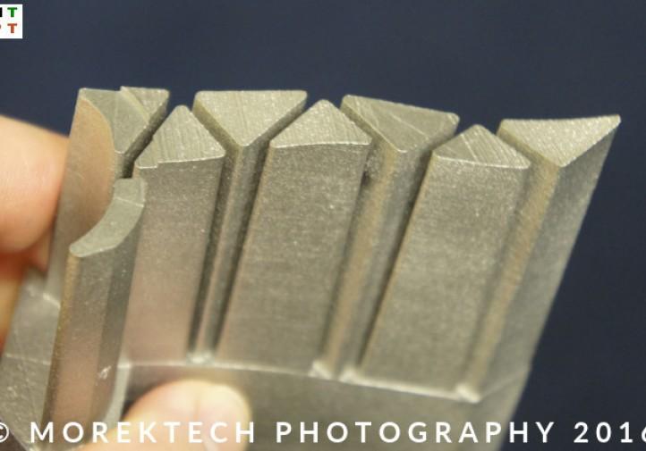 """Ilustracja 2b. Część wytworzona drukiem 3D z proszków stali, VII Dni Druku (seminarium """"Wybrane Zagadnienia druku 3D""""), STOM 2016, Targi Kielce"""