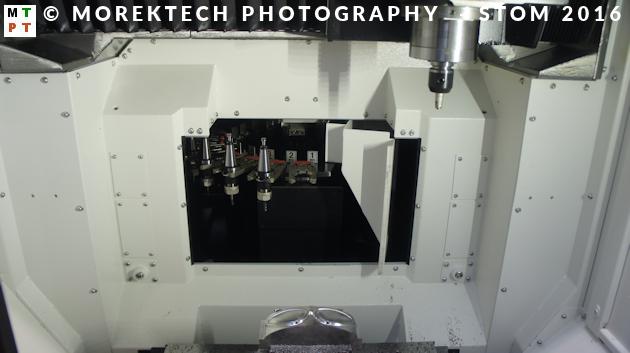 STOM 2016. VerticalCenter Primos 400S, strefa obróbkowa, magazyn narzędzi.