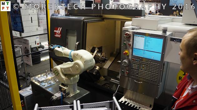Przemysł 4.0 - stoisko firmy Abplanalp - tokarskie centrum obróbkowe HAAS z robotem przemysłowym z firmy ASTOR.