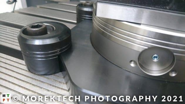 frezarka CNC - dociski do stołu roboczego